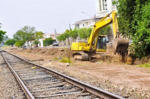 Secretaria de Obras finaliza limpeza do canal de drenagem em frente ao Shopping Center