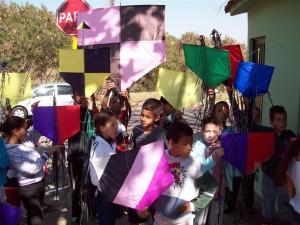 Crianças do Presença Esperança colorem o céu com pipas