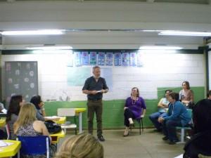 Professor de universidade da França  visita Caic e escola Jardim Novo