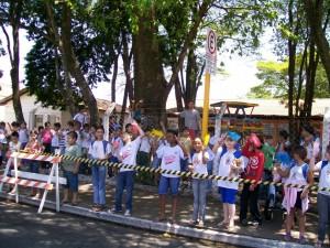 Alunos da escola Diva Marques assistem a prova de ciclismo