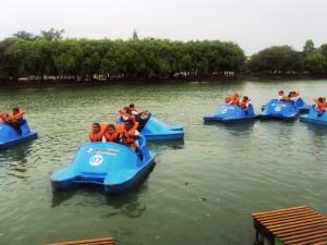 Crianças do bairro Bandeirantes divertem-se no Lago Azul