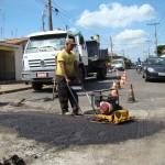 Equipes trabalham na melhoria do pavimento asfáltico nos bairros