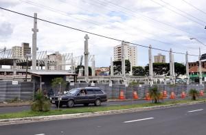 Obras interditam faixa de rolamento na rua 14 com avenida RC