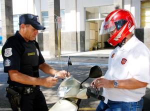 Guarda Civil distribui antenas anticerol para motofrentistas