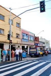 Semáforo para pedestres entra em funcionamento no centro