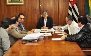 Prefeito Du Altimari recebe prefeitos para discutir aeroporto regional