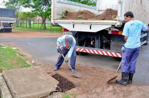 Prefeitura limpa bueiros no Distrito Industrial