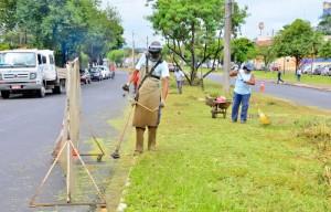 Equipes aparam grama, fazem podas e limpam várias regiões de Rio Claro