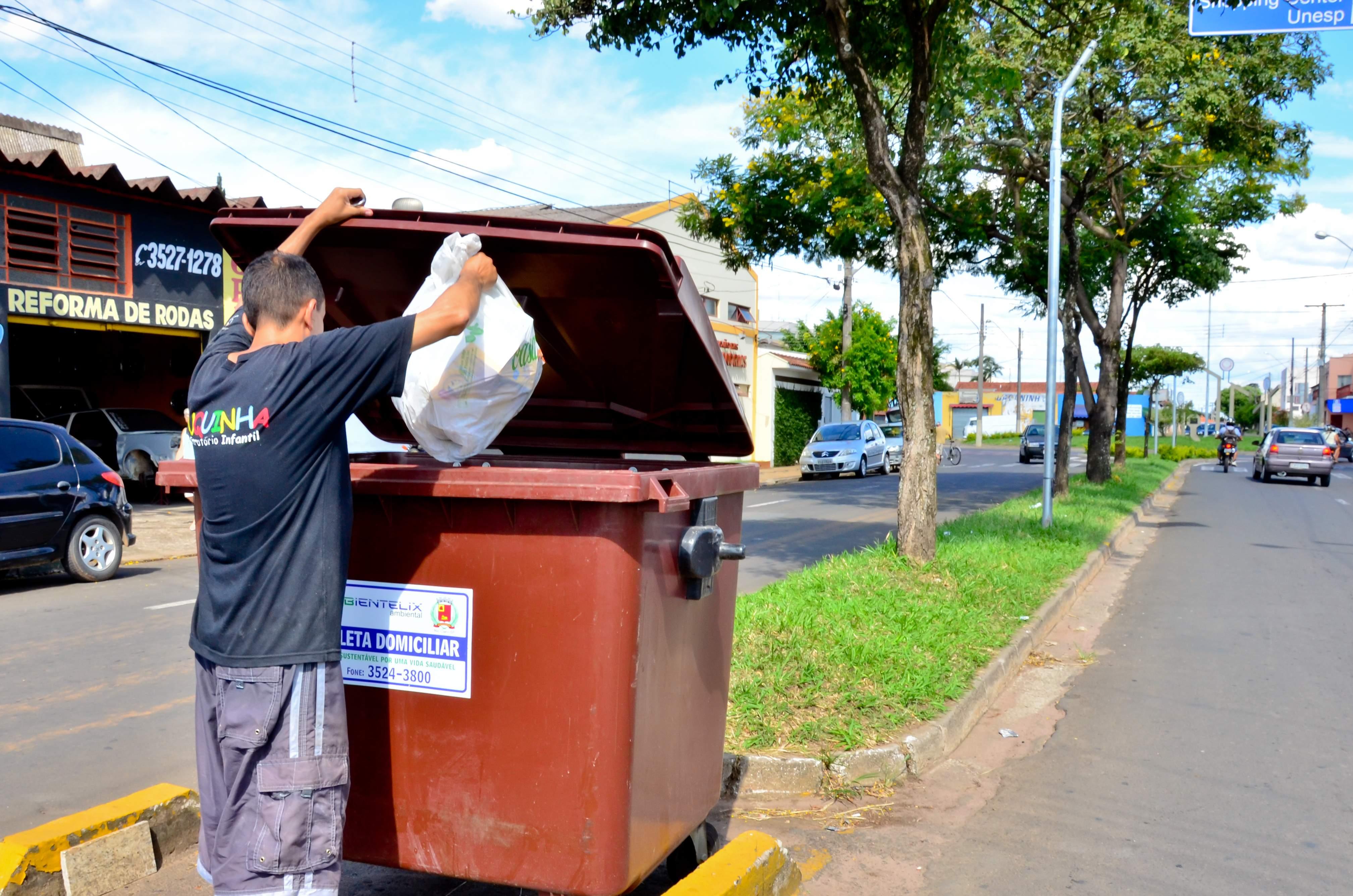 Prefeitura instala contêineres para evitar sacos de lixo jogados em canteiros centrais