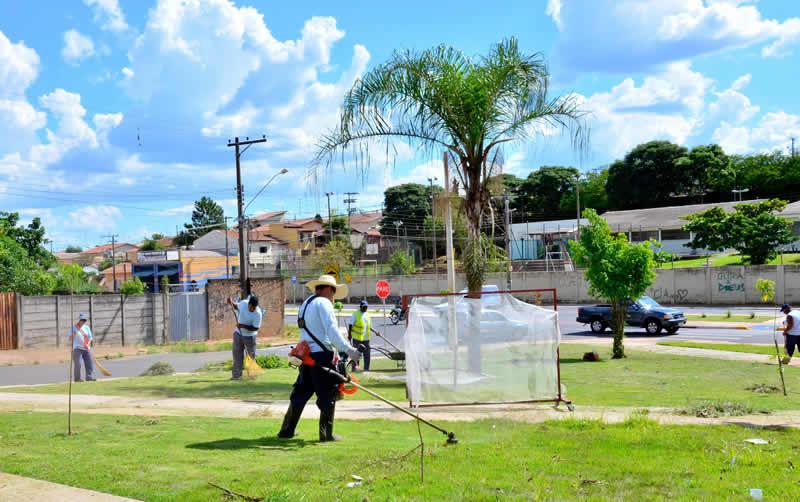 Inocoop, região do shopping e Bandeirantes recebem equipes de limpeza de terrenos