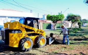 Prefeitura remove lixo e entulho de área na Vila Martins