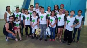 Agentes ambientais ajudam a reduzir lixo no ginásio durante jogos de basquete