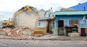 Prefeitura remove famílias e demole imóvel na Saburo Akamine
