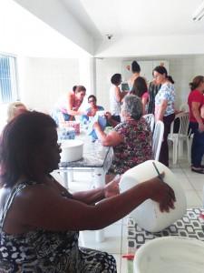 RC realiza oficina de artesanato em vasos de cerâmica