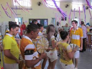Idosos do Centro Dia brincam carnaval com ritmistas da escola A Casamba