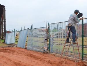 Obras de revitalização na Rua 1 incluem gradil de segurança