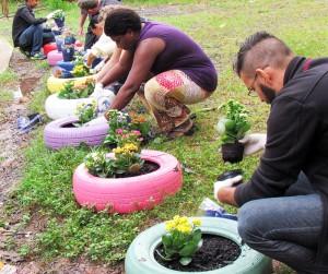 Plantio de flores encerra oficina de pneus no Jardim Panorama
