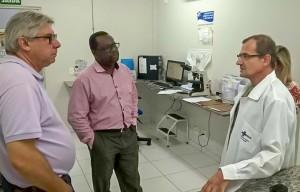 Em visita ao laboratório municipal, Secretário  de Saúde destaca eficiência no atendimento
