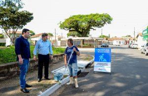 Ações de manutenção melhoram visual no entorno da rotatória da Rua Saibreiro