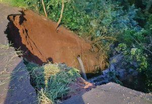 Emissário de esgoto rompe após deslizamento de terra