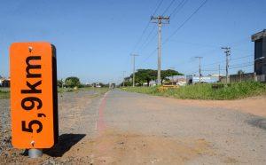 Ciclovia da Avenida Brasil recebe placas de metragem