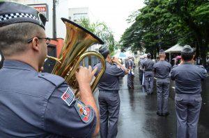 Banda e fanfarras animam desfile cívico de aniversário da cidade