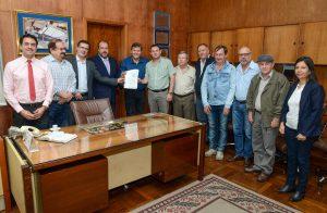 Juninho assina decreto que agiliza processo para abertura de empresas
