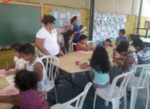 Crianças recebem alimentos doados pelo Fundo Social