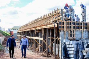 Com a colocação de lajes, construção de creche avança no Terra Nova