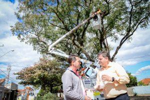 Prefeitura faz limpeza e amplia iluminação em trecho movimentado da Vila Alemã
