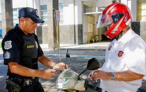 Campanha 'Fique Antenado' instala antenas corta linha em motos neste sábado