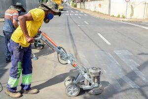 Prefeitura adquire máquina para retirar pintura de solo