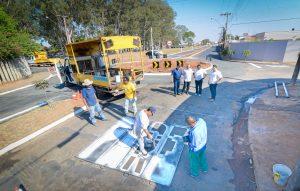 Nova rotatória do Jardim Floridiana recebe sinalização de trânsito