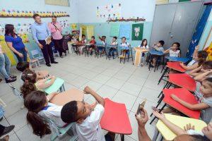 Juninho da Padaria visita escola e participa de sabatina com as crianças