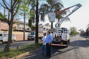 Avenida Saburo Akamine recebe limpeza e poda de árvores em Rio Claro