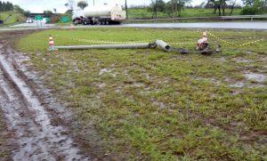 Caminhão colide com poste e deixa trevo de Batovi às escuras
