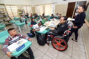 Professor cego e cadeirante dá aula de superação em escola de Rio Claro