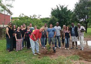Mutirão ambiental no bairro Arco-íris orientou sobre descarte de materiais
