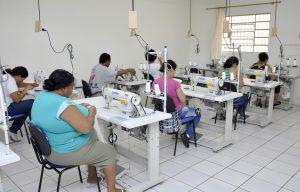 Cerca de 120 pessoas concluem cursos de corte e costura