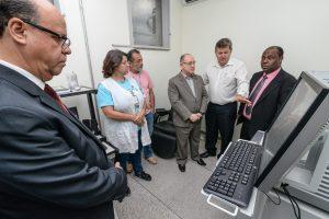 Deputado confere funcionamento de aparelho de raios-x no PSMI