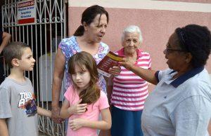 Adolescentes e idosos realizam ação contra a dengue em Rio Claro