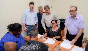 Mutuários assinam contratos dos apartamentos do Jardim das Nações 1