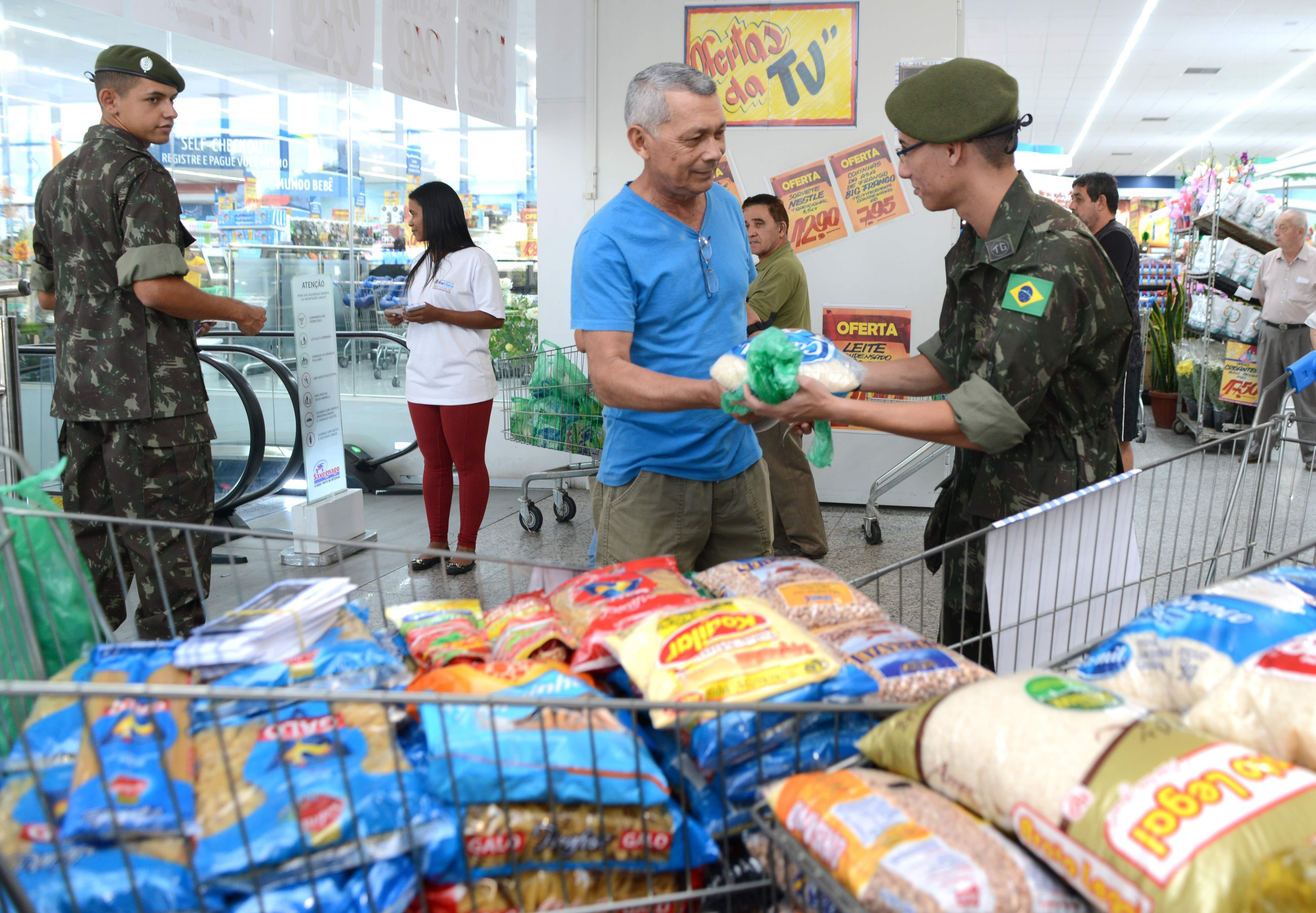 Campanha arrecada alimentos em supermercados neste sábado