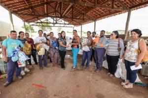 Fundo Social realiza entrega  de presentes da Árvore Solidária