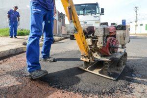 Prefeitura aproveita momentos secos para dar continuidade ao tapa-buracos