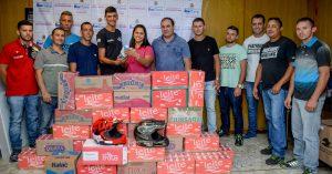 Pilotos entregam mais de 400 litros de leite ao Fundo Social
