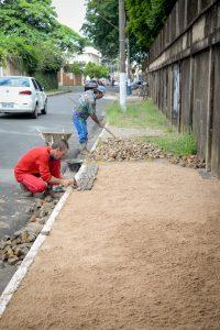 Prefeitura recupera calçadas no entorno da Escola Chanceler