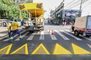 Prefeitura realiza nova pintura em faixas elevadas de pedestres