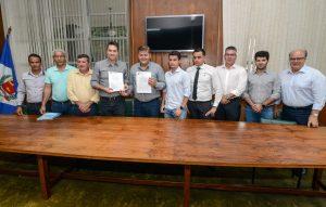 Juninho assina convênios para  quase 700 moradias em RC