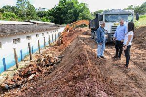 Prefeitura inicia reconstrução de muro da Escola Armando Grisi